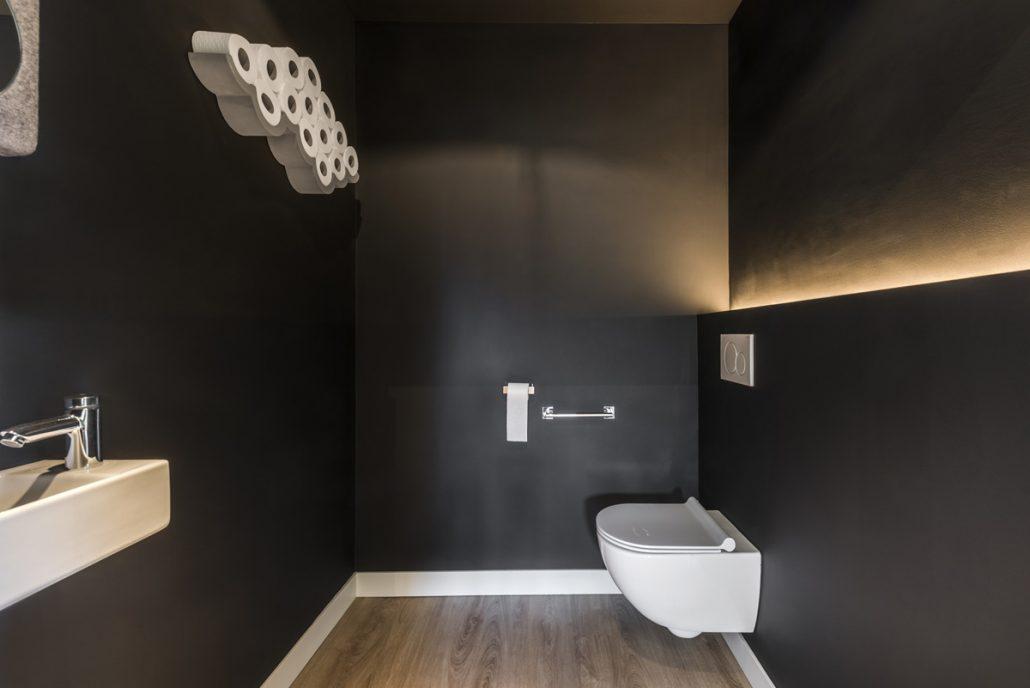 Er zijn twee toiletten beneden, eentje is ruim genoeg om met een rolstoel binnen te kunnen