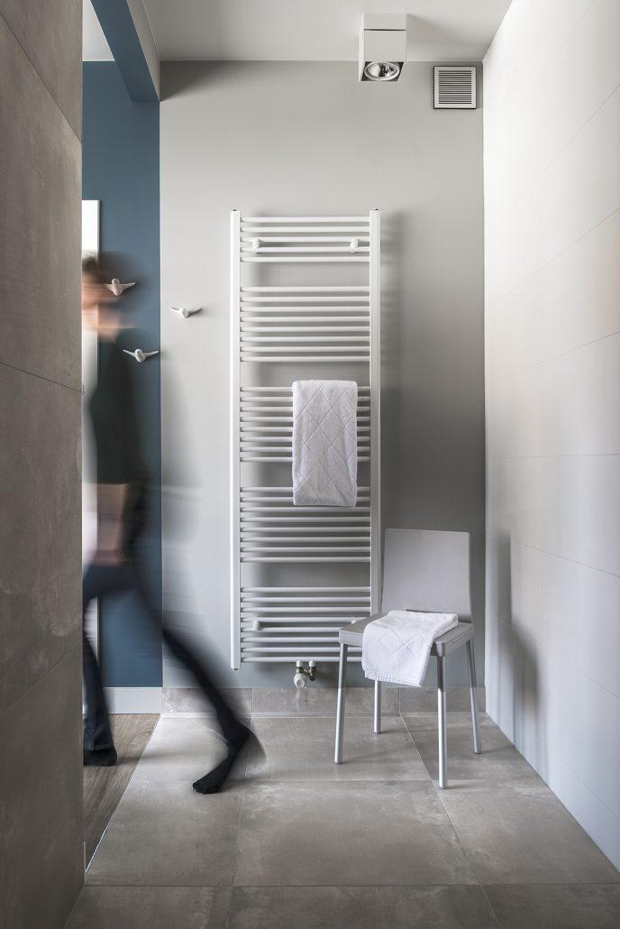 Er staat een douchestoel klaar voor wie liever al zittend een douche neemt
