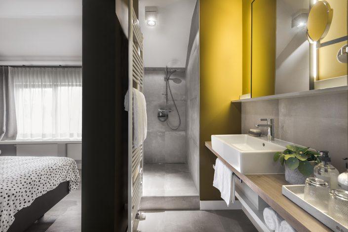 Badkamer met douche, wastafel en toilet