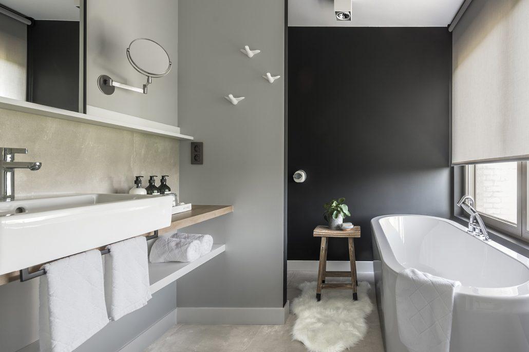 De master bedroom heeft een ensuite badkamer met bad, ideaal voor een gezin met jonge kinderen