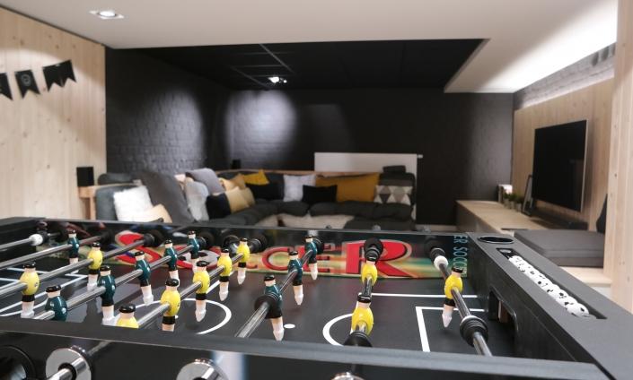 De voetbaltafel staat garant voor plezier en de tv-hoek is perfect om een film mee te pikken