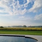Zwembad met zicht op de bloemenweide